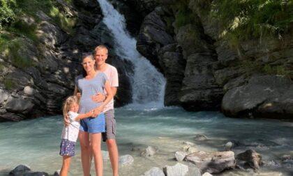 Il Ferragosto della Appendino alla cascata con marito e figlia