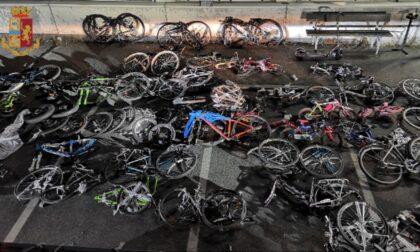 """Sul furgone nasconde 37 biciclette: """"Sono di amici e parenti"""". Denunciato"""