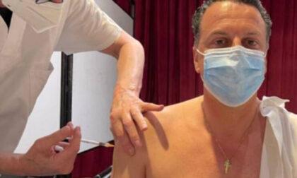Insulti e minacce di morte al sindaco che regala 10 euro a chi si vaccina