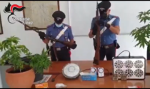 In casa due fucili, cento munizioni e marijuana: 26enne arrestato