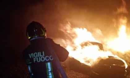 Le foto della catasta di pneumatici in fiamme nel cortile di un gommista