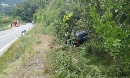 Auto esce di strada e finisce a ruote all'aria, due persone ferite