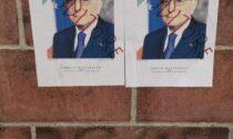 Imbrattati i manifesti di Mattarella, avviate le indagini per trovare i vandali