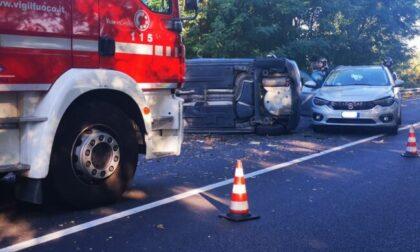 Schianto tra tre auto, una si ribalta sulla sede stradale