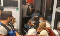 Pigiati sui treni, quali regole? Ad accendere la polemica un treno affollato tra Ivrea e Torino