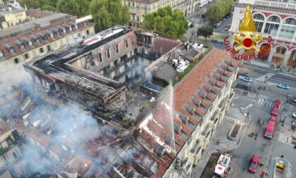 """Le foto dell'incendio in piazza Carlo Felice: """"Fase critica terminata, le fiamme sono state bloccate"""""""