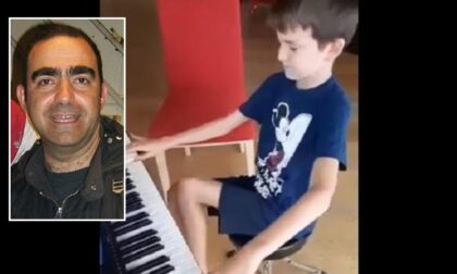 """Bambino cieco suona al pianoforte """"John Holmes"""" di Elio e il video diventa virale"""