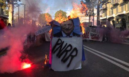 Mattinata di cortei a Torino: sfilano lavoratori e studenti (che bruciano gigantografia di Draghi)