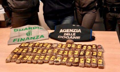 In autobus con 52 panetti di hashish: arrestato corriere della droga