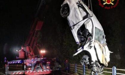 Auto esce di strada e finisce nella scarpata: morti due giovani di 22 e 23 anni