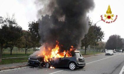 Auto si scontrano frontalmente poi prendono fuoco, conducenti miracolati