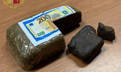 Trovato in possesso di un panetto di hashish: arrestato ventenne di cittadinanza marocchina