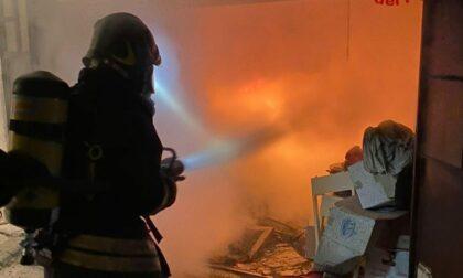 Incendio in abitazione nella notte, fiamme domate in un'ora e mezza