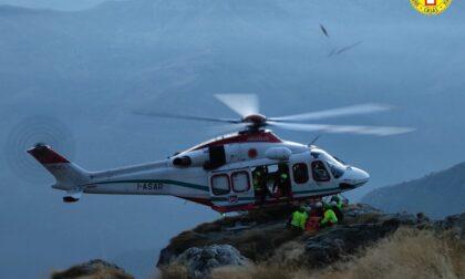 Cacciatore precipita per oltre 100 metri lungo un canale: il difficoltoso recupero del Soccorso Alpino