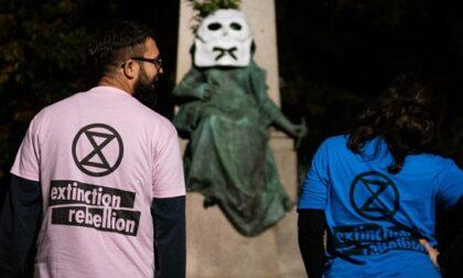 Maschere col teschio sulle statue: a Torino la protesta degli ultrà ecologisti