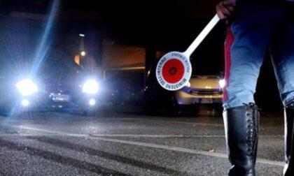 Camionista ubriaco a zig zag sulla Torino-Milano: rifiuta l'alcoltest e aggredisce gli agenti