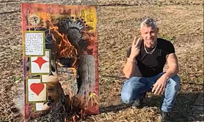 Fabrizio Corona dà buca in Canavese... e il pittore Pepè brucia il quadro a lui dedicato