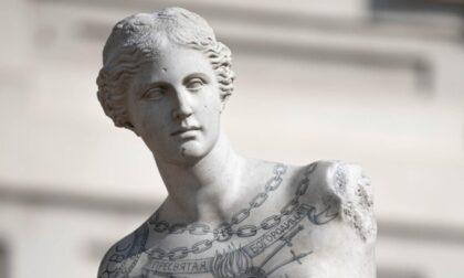 Le monumentali statue tatuate di Fabio Viale arrivano a Torino
